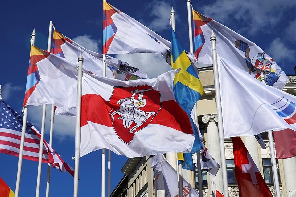 Организаторы чемпионата мира по хоккею в Риге без согласия беларусской команды заменили государственный флаг Беларуси в ряду стран-участниц бело-красно-белым флагом.