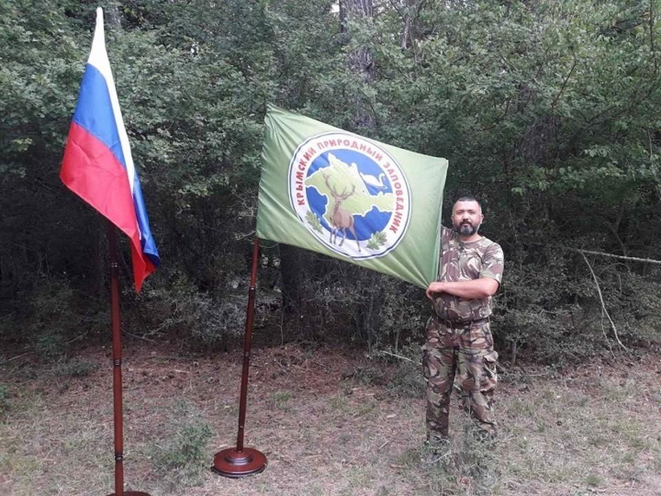 Мурад Бурзиев помогал ялтинцам преодолеть поток во время наводнения. Фото: Национальный Парк Крымский/Вконтакте
