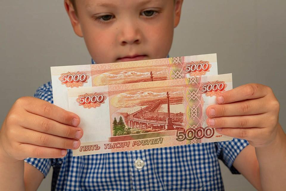 Выплату на детей школьного возраста можно получить исключительно на банковский счет.