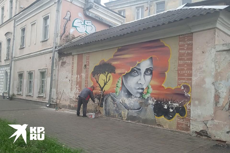 Рыжую девушку убирают с фасада здания