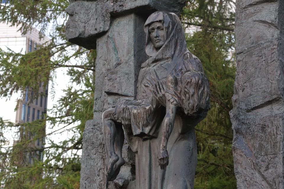 К памятнику жертвам трагедии в Беслане в Малоохтинском парке возложили цветы. Фото: gov.spb.ru