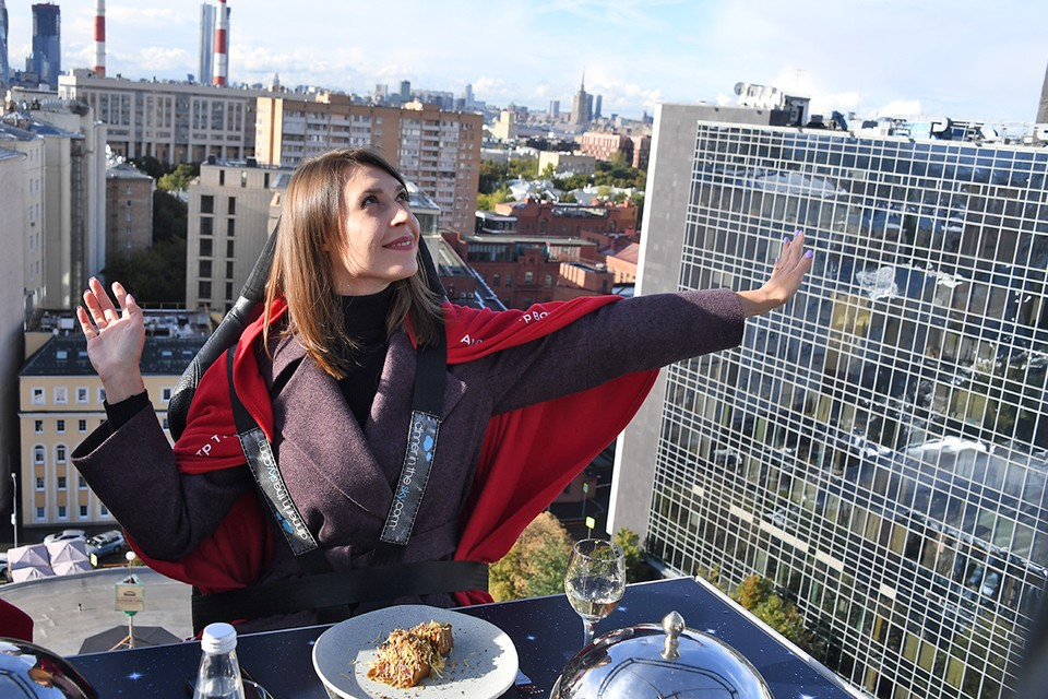 """Ресторан-платформа под названием """"Dinner In The Sky"""" (""""Обед в небе"""") предлагает своим гостям пообедать между небом и землей."""