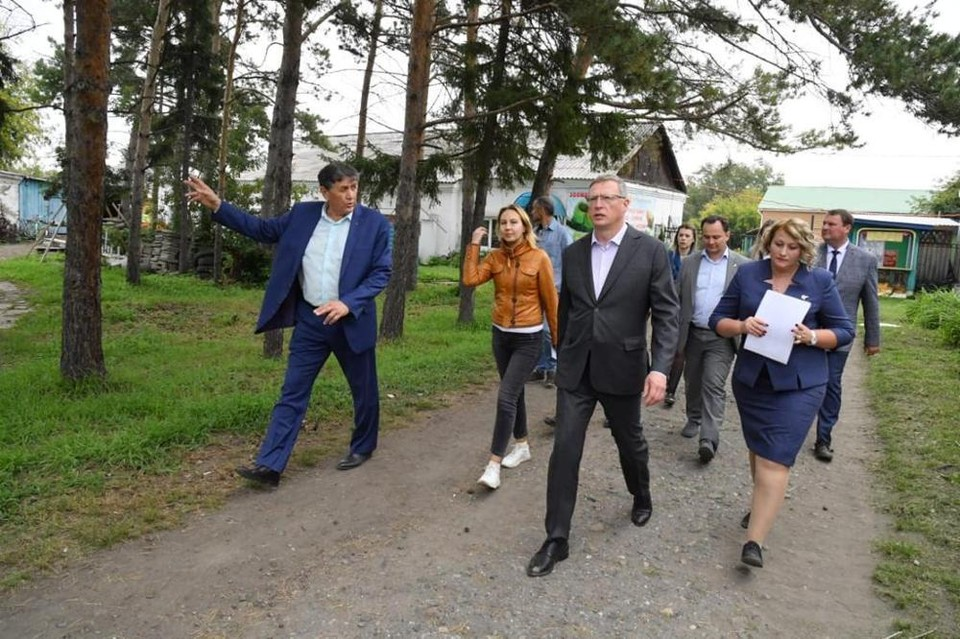 Во время рабочей поездки по Большереченскому району Александр Бурков побывал в местной школе искусств и зоопарке.