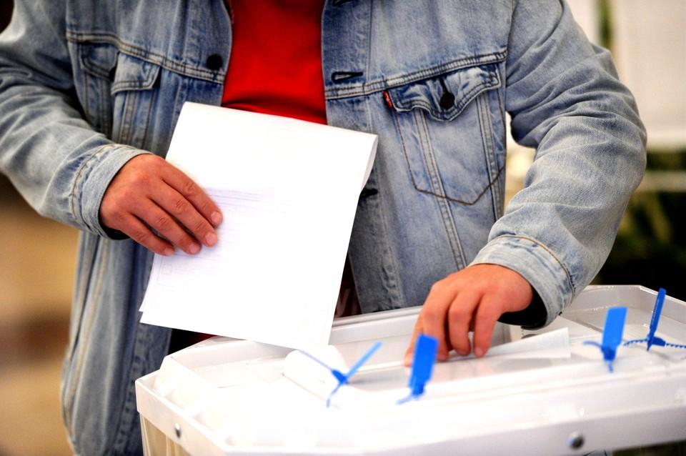 Тяжелая работу у членов участковых избиркомов - ездить по северным месторождениям с избирательными урнами!