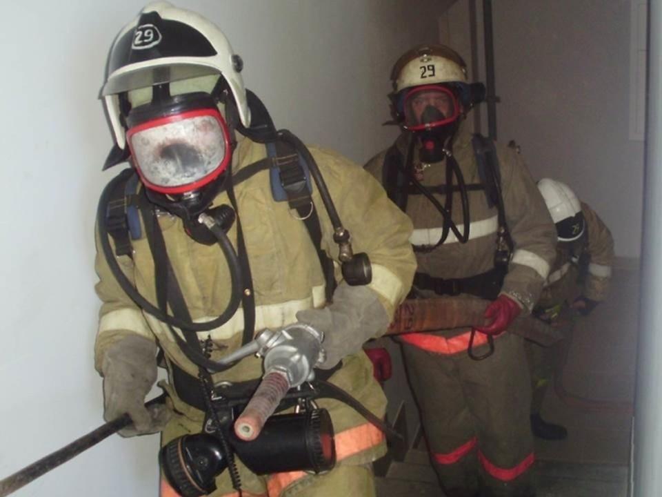 25 пожарных участвовали в тушении огня на улице Батальной Калининграда.