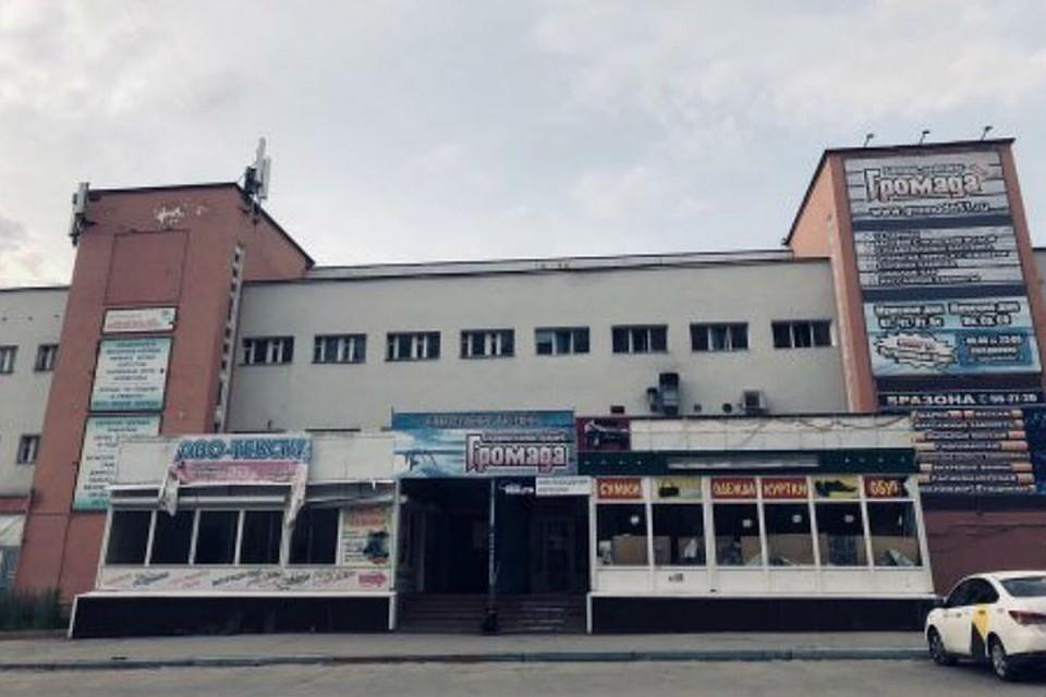 """Здание, в котором находился банно-оздоровительный комплекс """"Громада"""", а также другие арендаторы, например, магазины, закрыто уже два года. Фото: novosti-murmanskoy-oblasti.ru"""