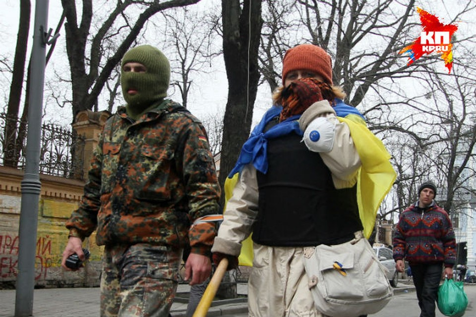 Экстремисты по-прежнему скрывают свои лица под масками.