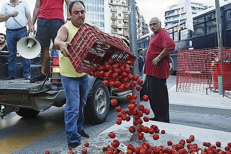 Греческие фермеры уничтожают овощи, до эпохи санкций отправляемые в Россию. Теперь тем же займутся россияне на границе.
